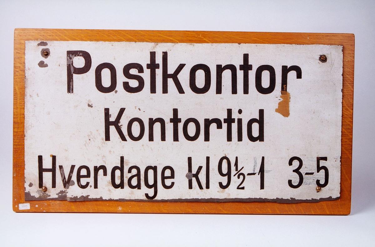 Postmuseet, gjenstander, skilt, postskilt, opplysningsskilt, Postkontor, Kontortid Hverdage kl 9 1/2-1 3-5.