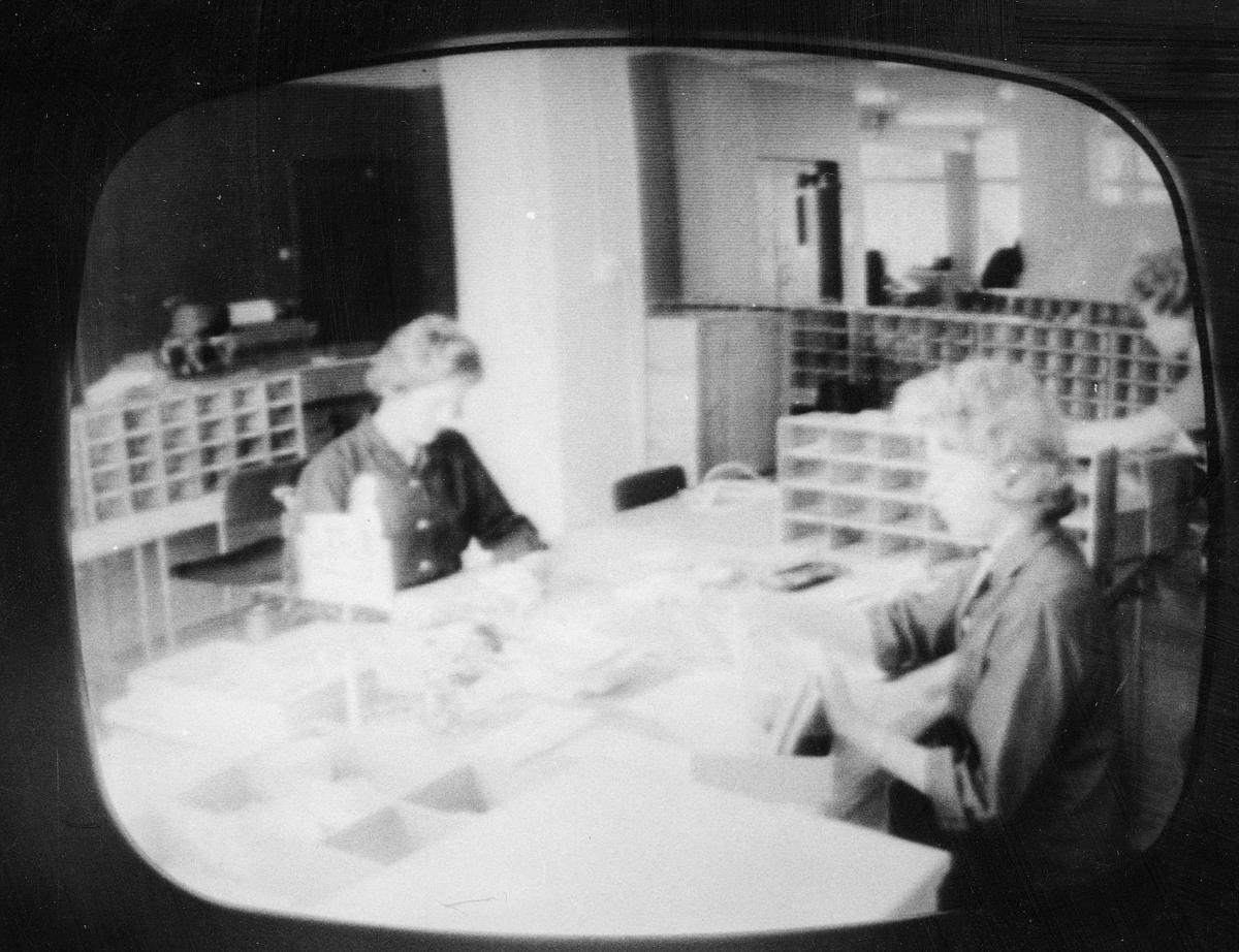 postsparebanken, interiør, 3 damer, sortering av post, reoler