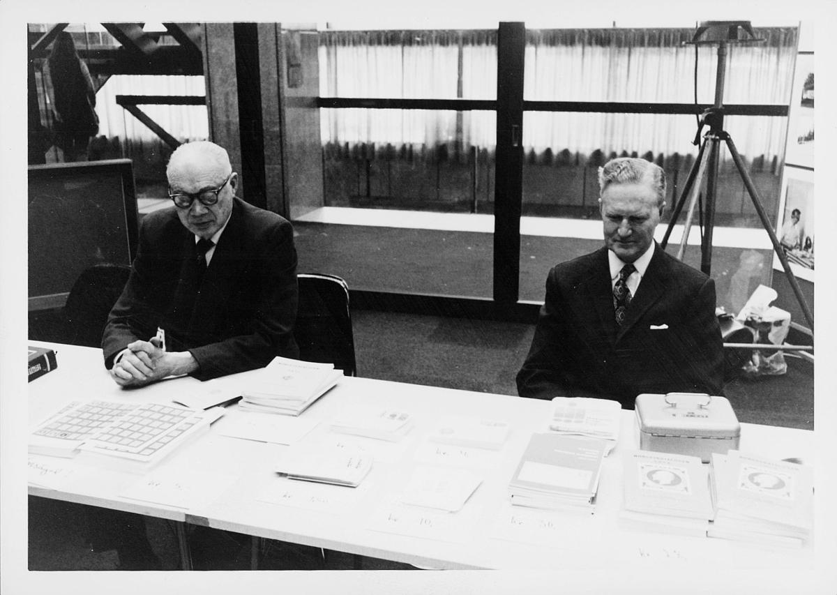 markedsseksjonen, Oslo postgård 50 år, utstilling, 2 menn, filateli