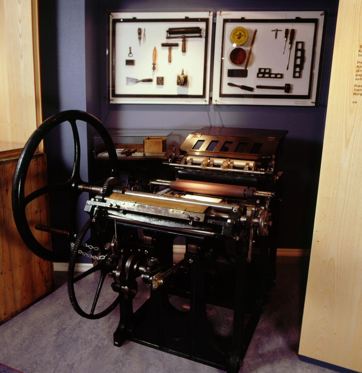 postmuseet, Kirkegata 20, utstilling, frimerkegangen, frimerkepresse, trykkeredskaper