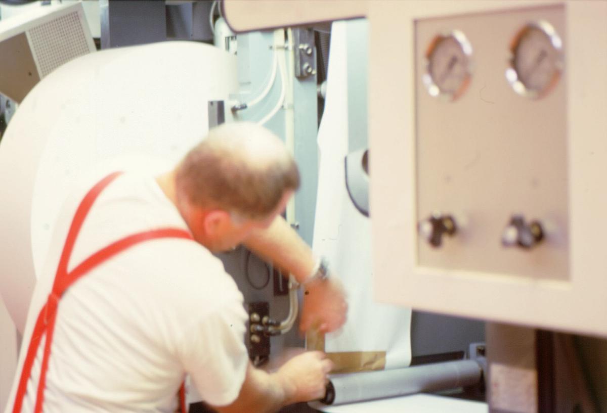 frimerketrykking, Norges bank Seddeltrykkeriet, rotasjonspresse, Goebel frimerkerotasjon, frimerker i produksjon, stor papirrull, trykker Åsmund Vold Hansen reparerer papiret med tape