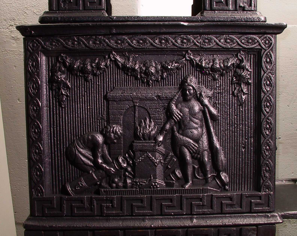 Herkules ved brennende alter. Rillede/ meanderbord/ Herkules ved brennende alter./ mann med kanon, små allegoriske figurer  i nisje (th. Caritas).