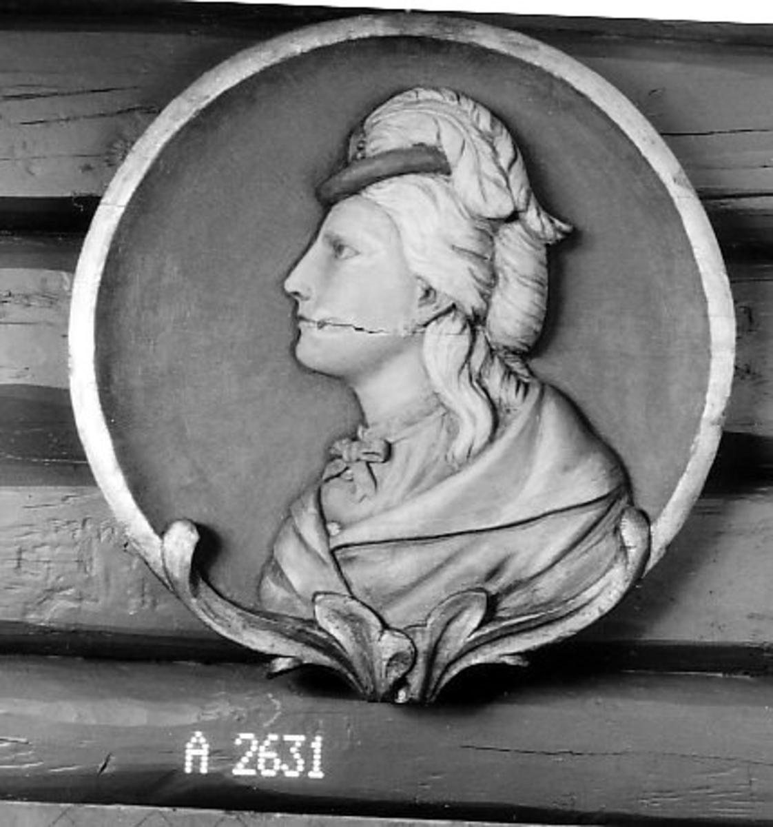 Kvinnebyste i profil, med hatt.