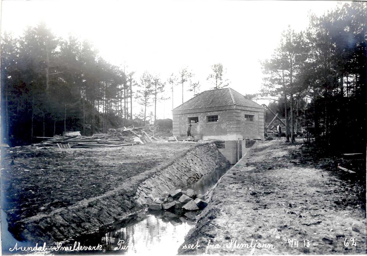 """""""10/04-1913"""" Eydehavn, Nitriden, Smelteverket. Pumpehus, dam og steinsatt kanal ved Stemtjern. Ulleråsen utenfor venstre bildekant. Stemtjern i forkant av bilde."""