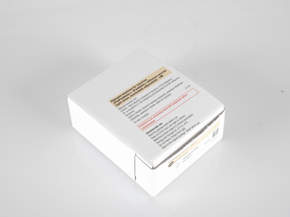 Eske i kartong. På eskens lokk er det en etikett med informasjon om innhold. Esken er foldet i et stykke papp. Esken er uten innhold.  Gjenstanden er innsamlet i forbindelse med et Hot spot Samtidsprosjekt om Svineinfluensa 2009.