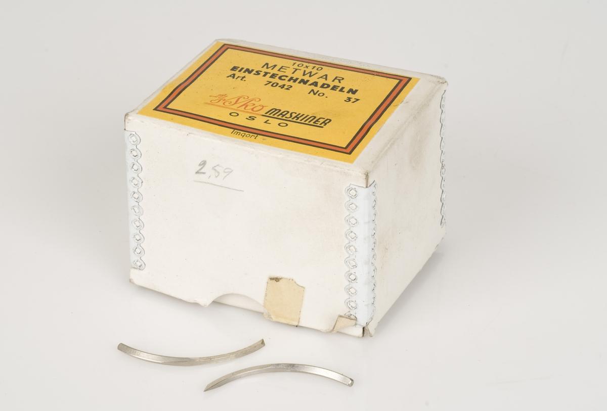 Nåler av metall til sålemaskin. Nålene ligger i en hvit pappeske med gul merkelapp.