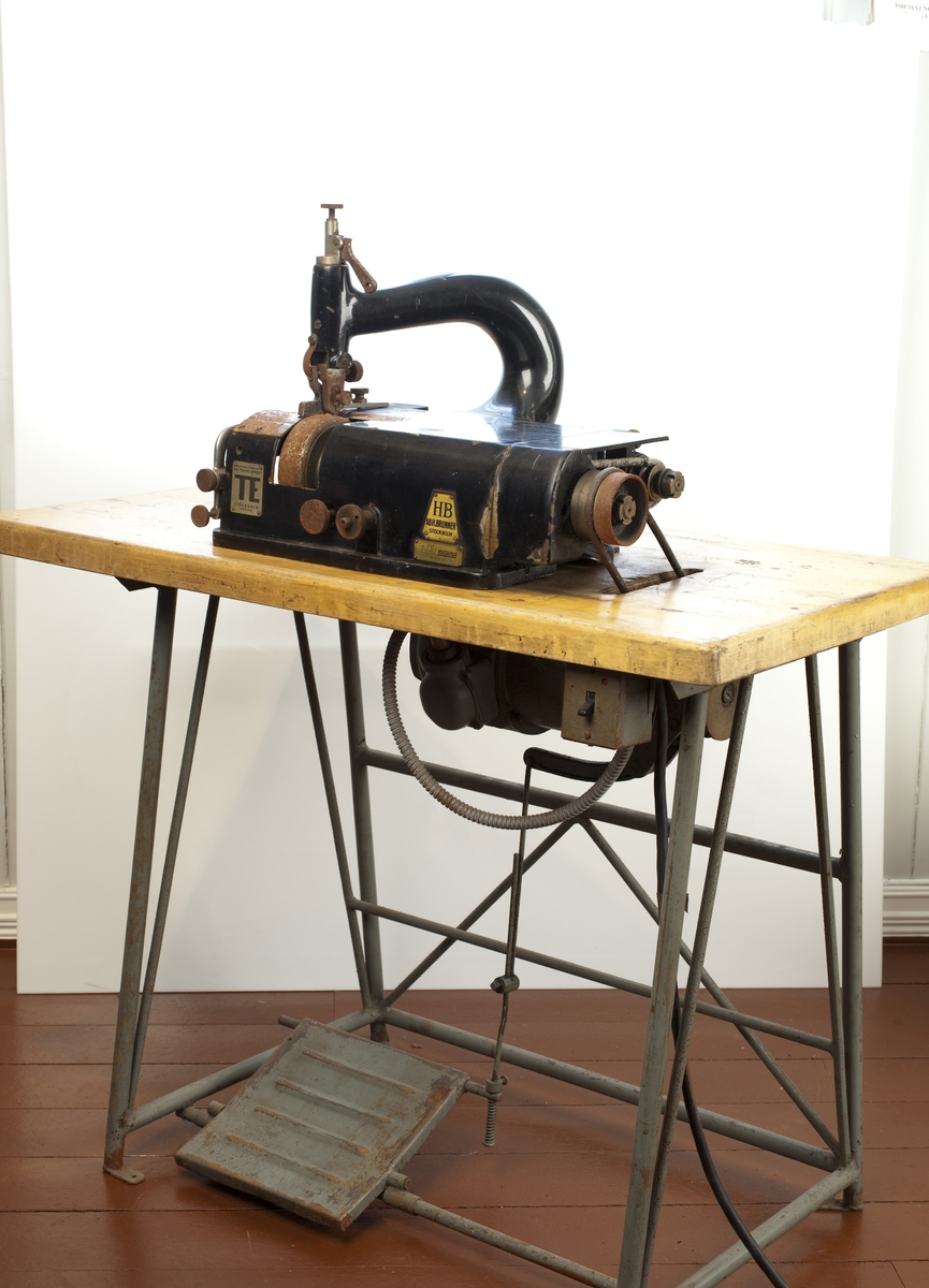 Maskinen brukes til å skjære/ tynne skinnkantene på læret til skoene. Den skjærte til formen på læret som ble brukt på sålen.