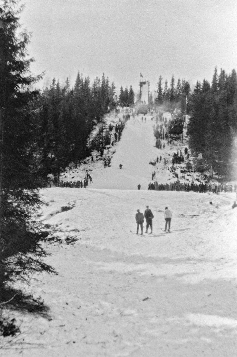 Fra skiklubben Skimts landsrenn i hopp 1925 i Møllebakken.