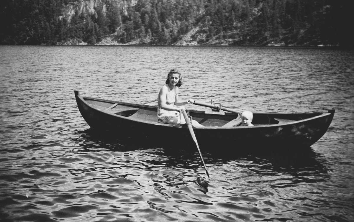 Margit Dahl og Kjell ror i båt på Gjersjøen