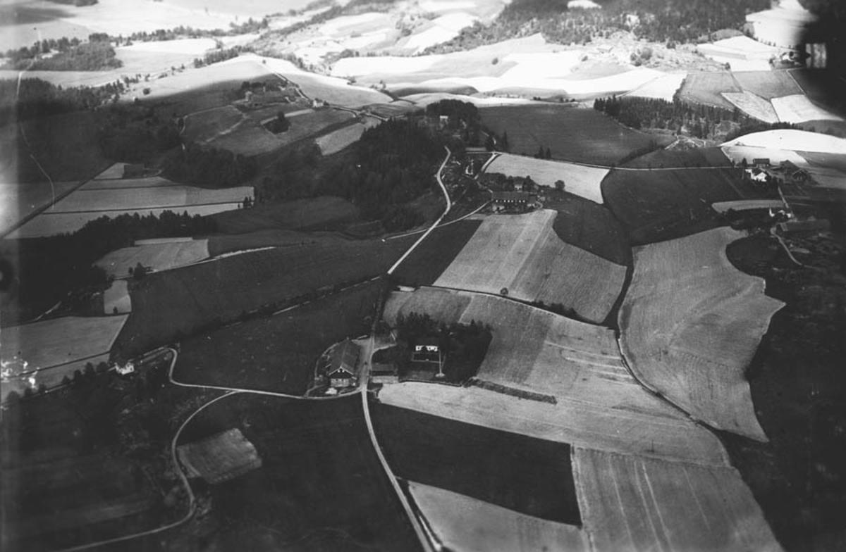Vi ser utover Åkrene i Fet med Winsnes og Tuenveien. Flyfoto