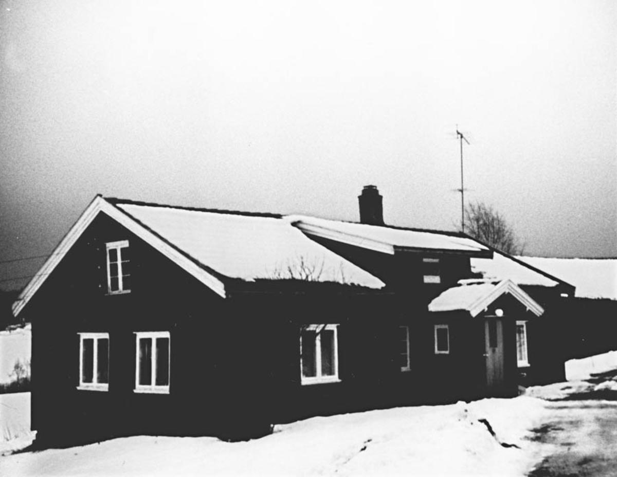 Hovedbygning i Løkka etter at den ble panelt.