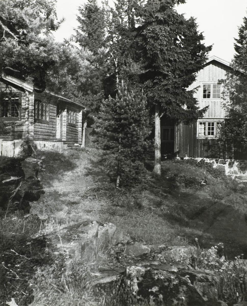 Huldreheim og feriekolonibygget.