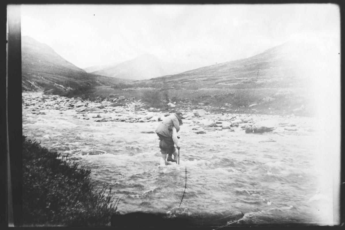To mennesker som forserer en elv