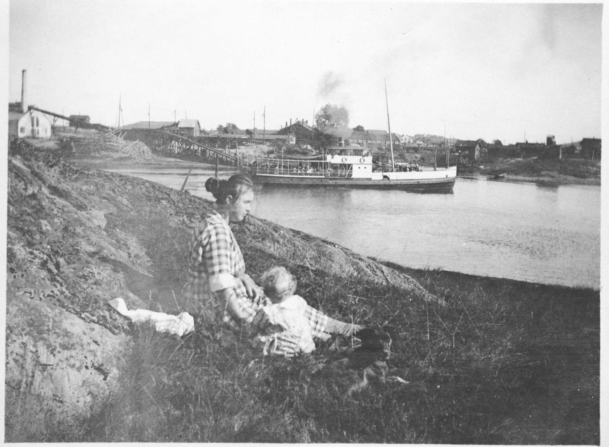 Oversiktsbilde fra Rudsberget Rælingen mot Lillestrøm dampskipet Strømmen dampsag og høvleri I forgrunnen mor og barn.