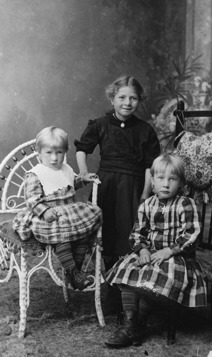 3 søstre. F.v. : Anna, Johanne og Paalla Nordby.