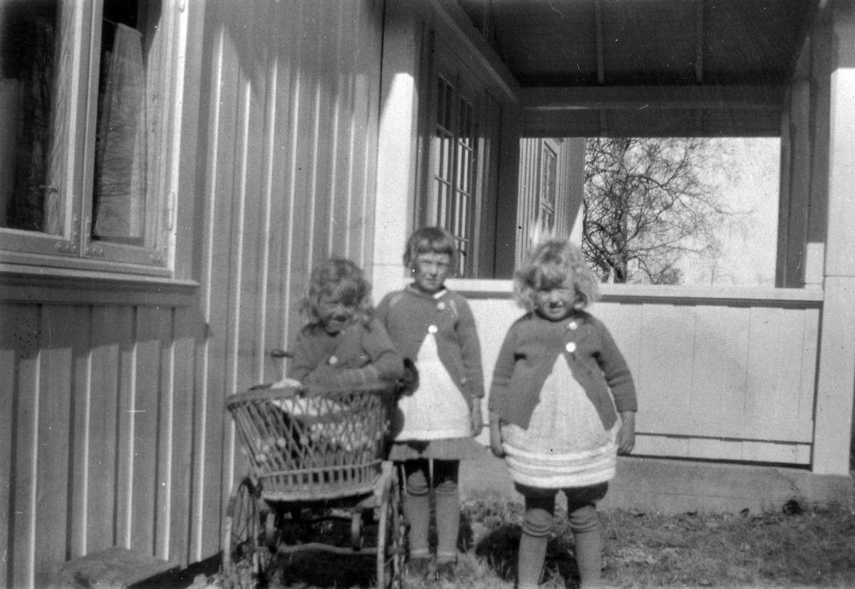 Tre jenter med dokkevogn. Avbildet Tora, Kari og Else Ljøgodt Helsingeng.