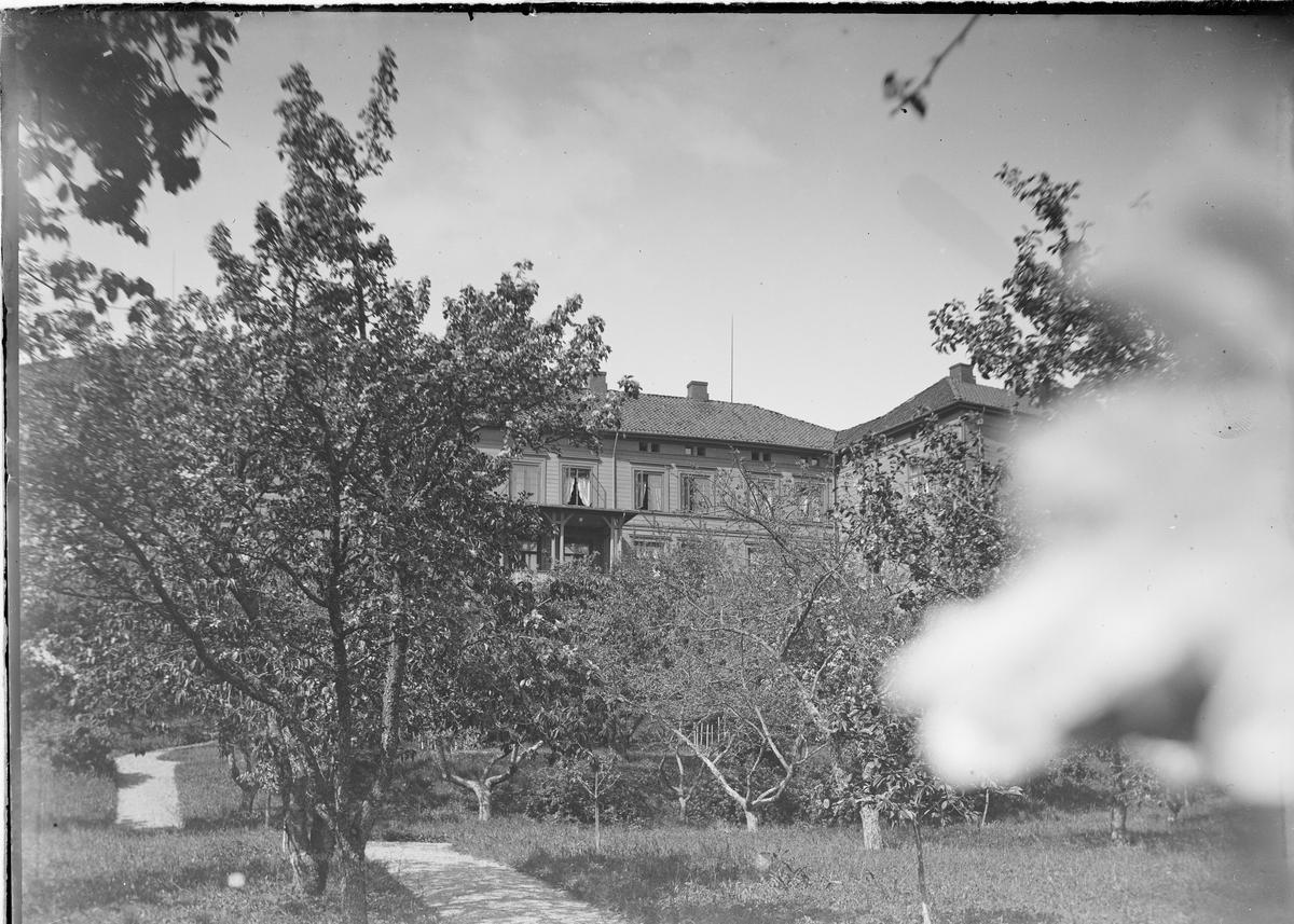 Huset på Linderud sett utenfra.