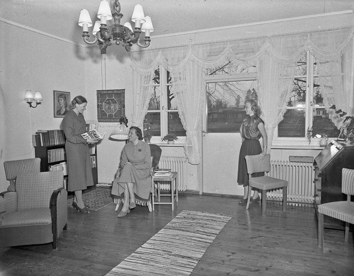 "Romerike ungdomsskole / Akershus Fylkes Husmorskolekurs, Sørumsand. ""Øst for sol"" står på veggteppet."