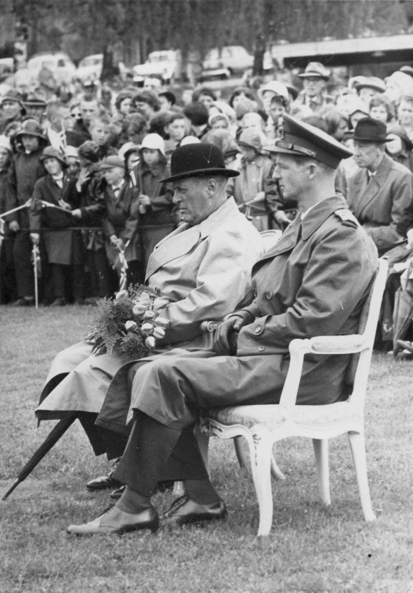 Besøk av Kong Olav. Den 13. juni 1962 ble statuen av Henrik Wergeland avduket på Eidsvoll Verk. Monumentet er laget av billedhoggeren Ottar Espeland. Kong Olav på bildet.