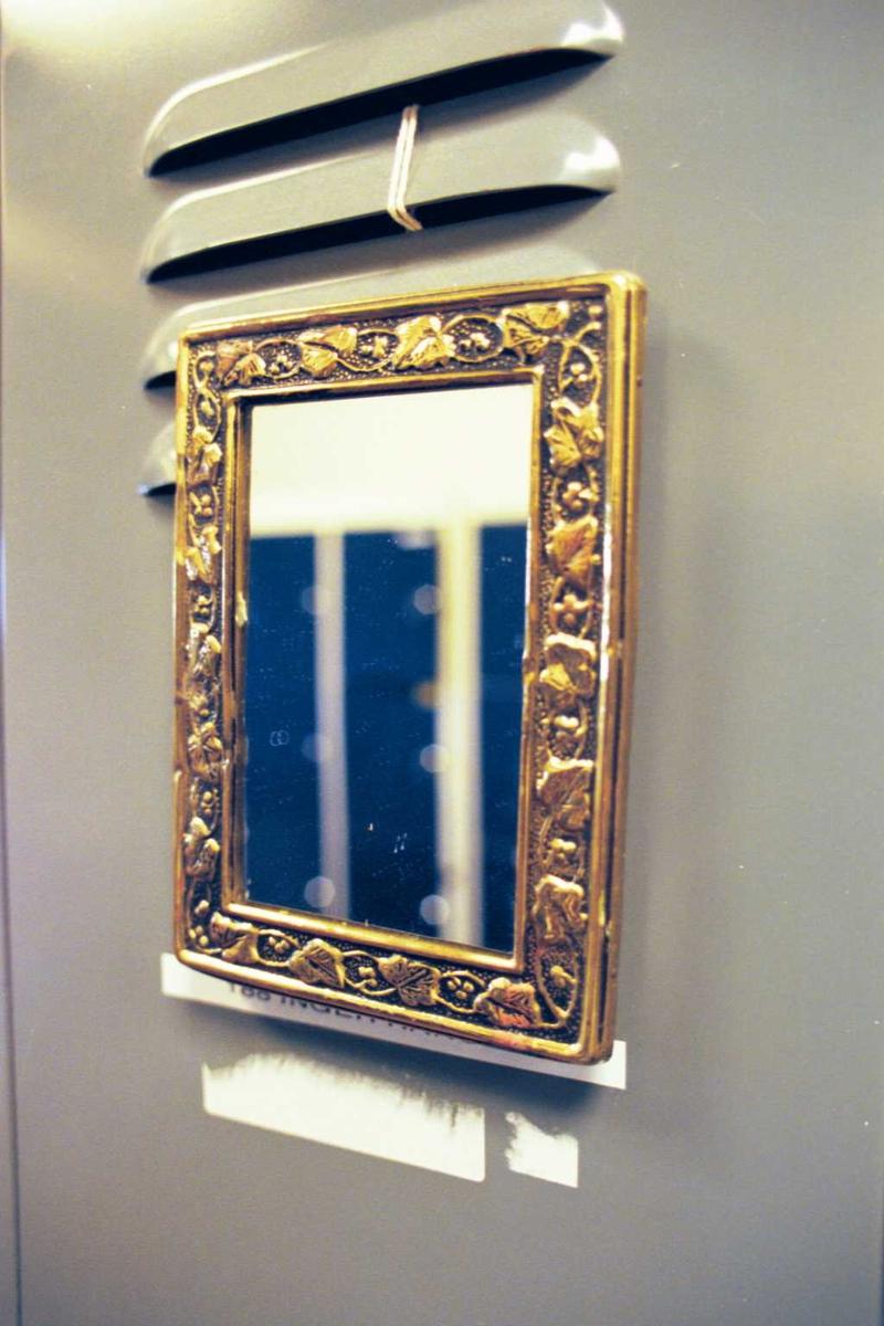 Damegarderobe, fabrikkmiljø, innredning, speil
