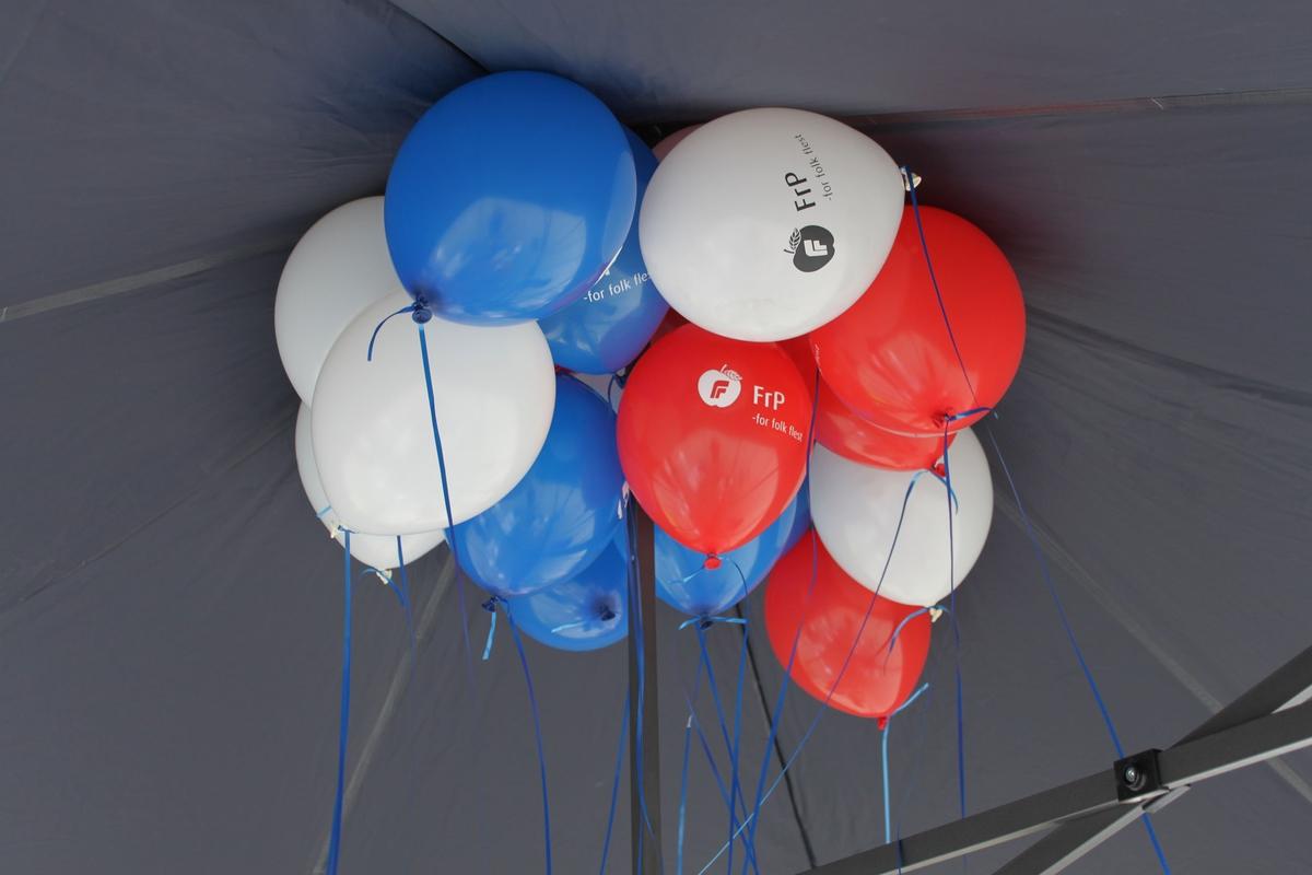 Kommune- og fylkestingsvalg 2011. Valgboder på torget i Lillestrøm en lørdag før valget. Valgbod for fremskrittspartiet. Valgballonger.