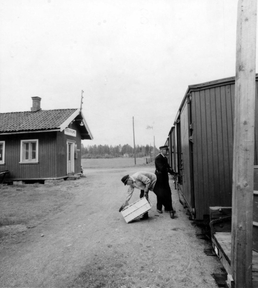 Innlasting av stykkgods / reisegods på Kjellingmo stasjon.