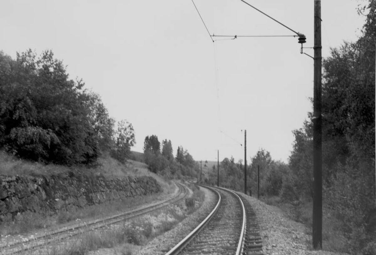 Stekningen Sørumsand - Bingsfoss ved Bingfoss. Støttemur. Kongsvingerbanen til høyre.