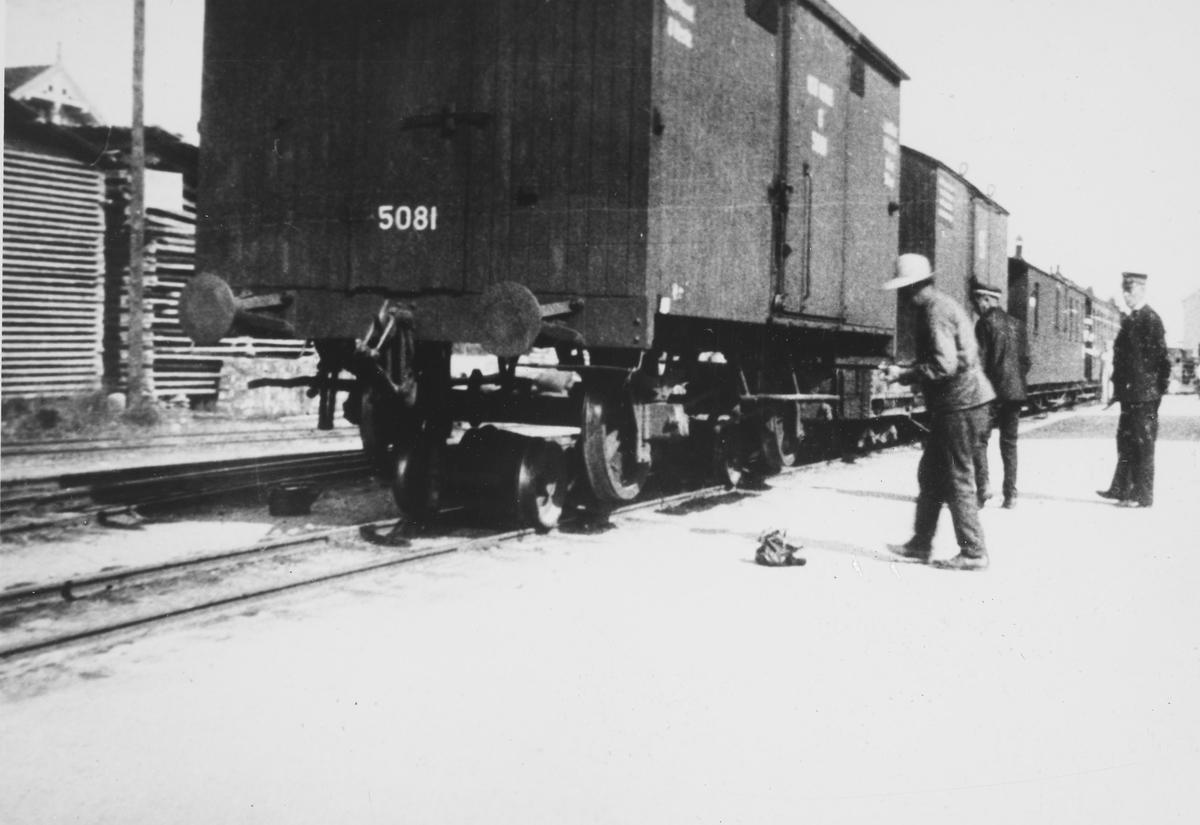 Normalsporet godsvogn G2 nr 5081 på rulleskamler på Bjørkelangen stasjon, bakerst i tog retning Sørumsand.