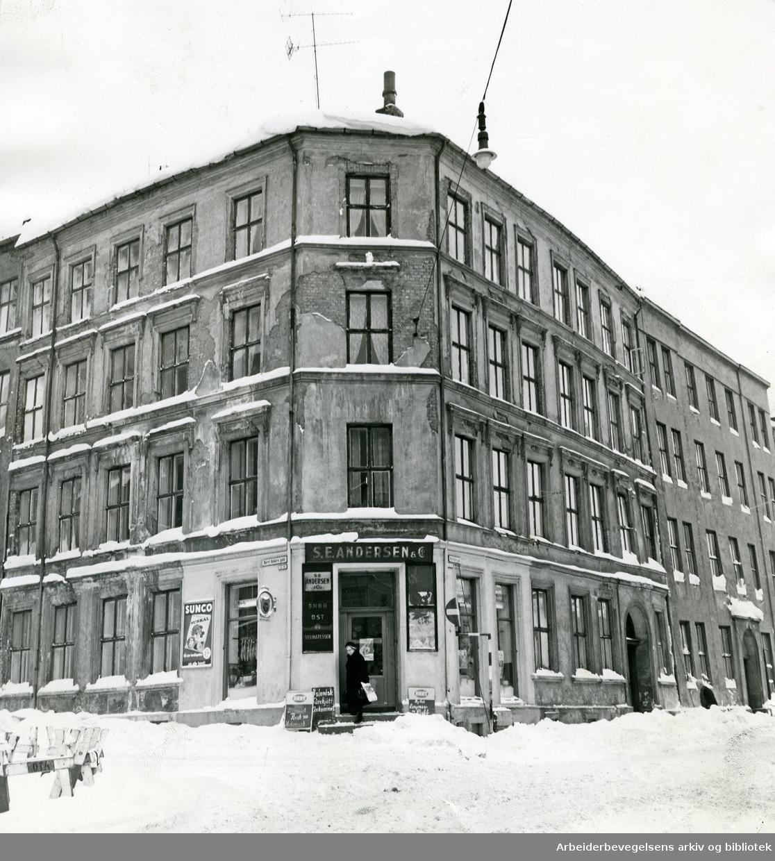 S. E. Andersen & Co's delikatessehandel i Mariboes gate 10 og 12, på hjørnet av Bernt Ankers gate,.februar 1967