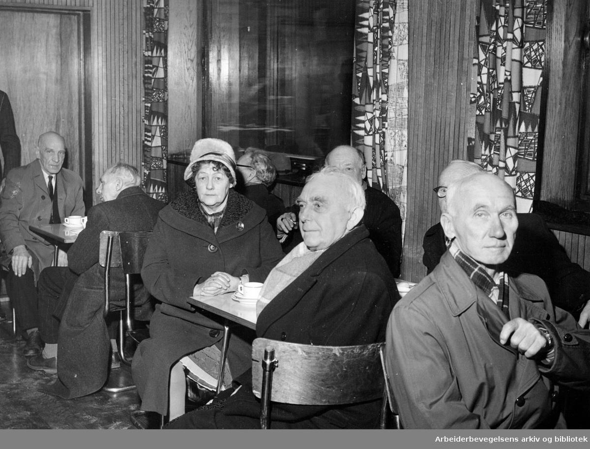 Oslo Stein, Jord- og Sementarbeiderne delte ut julestønad til ca 670 alders- og uførhetstrygdede medlemmer,.desember 1961