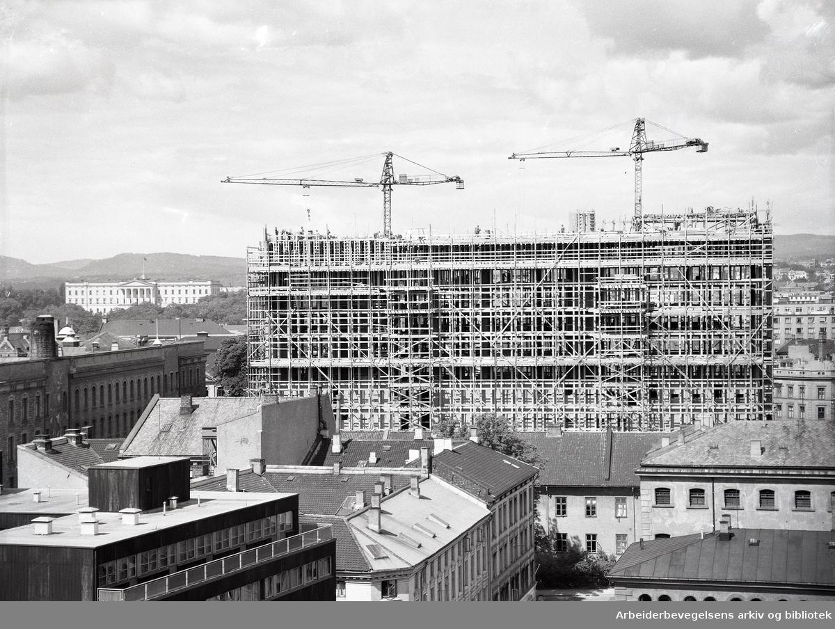 Regjeringsbygningen under bygging, er nådd til 13. etg.,.juni 1957