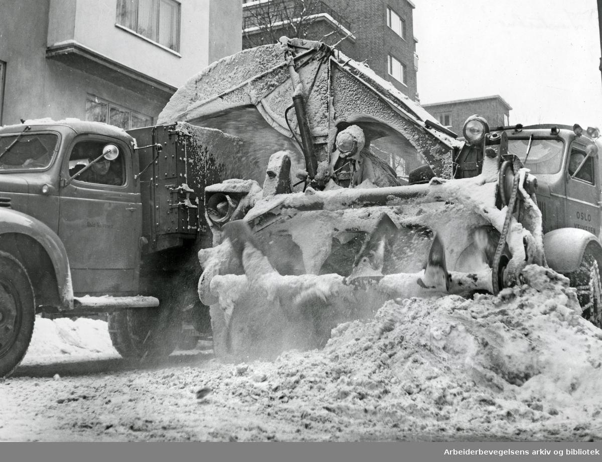 Oslo veivesen rydder snø i Industrigaten,.1950-tallet.