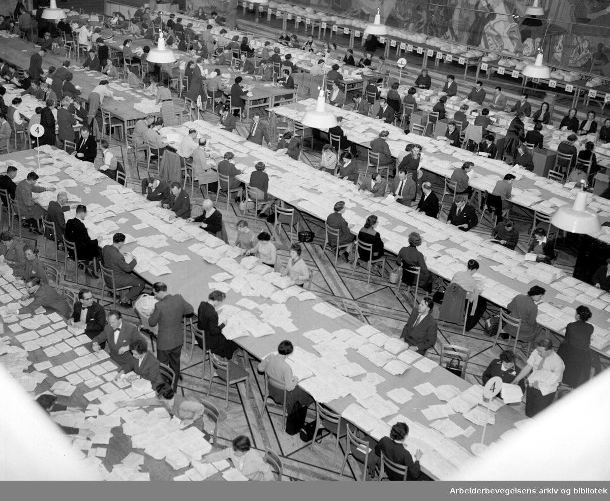 Sortering av selvangivelser i Rådhuset, .februar 1958