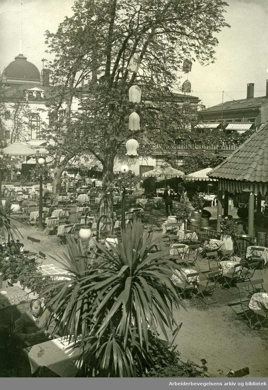 Friluftserveringen til restaurant Den Røde Mølle i Tivoli, .ca. 1930