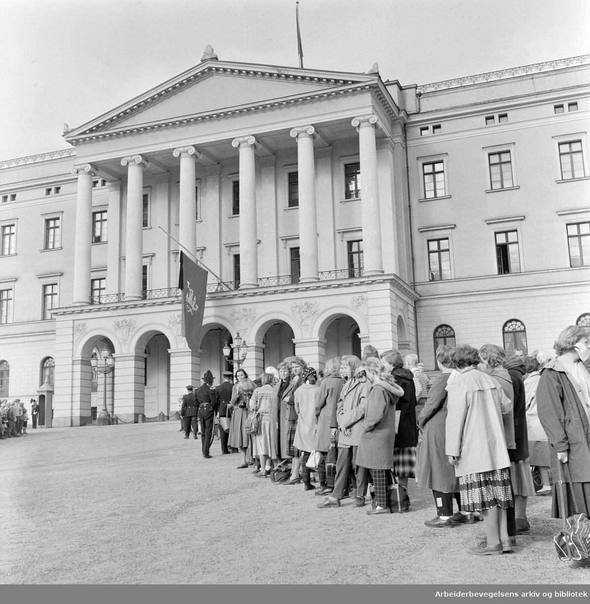 Kong Haakon VIIs død..Folk samler seg foran Slottet,.september 1957