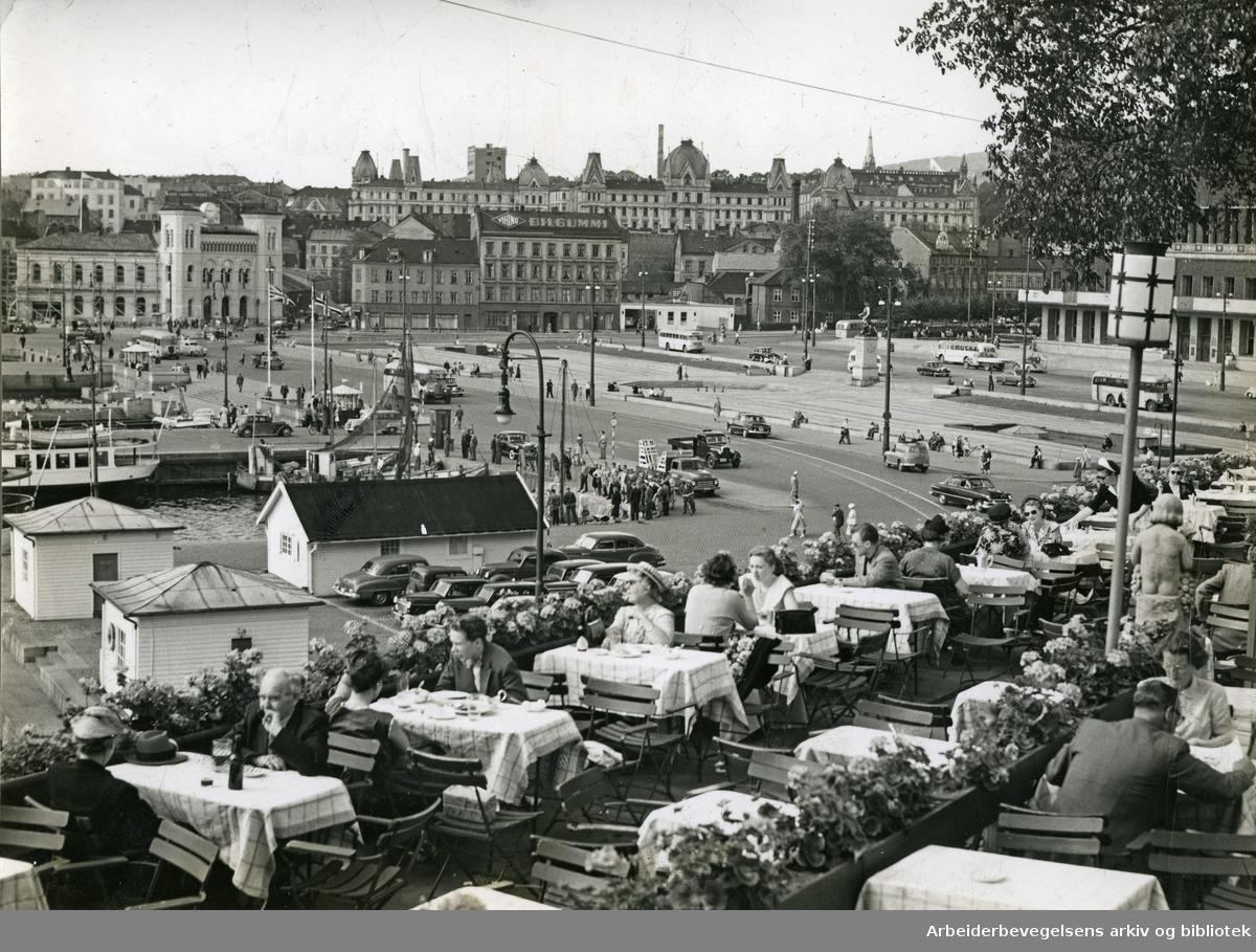 Rådhusplassen. Utsikt fra restaurant Skansen på Kontraskjæret mot Vestbanen og Vika,.august 1954