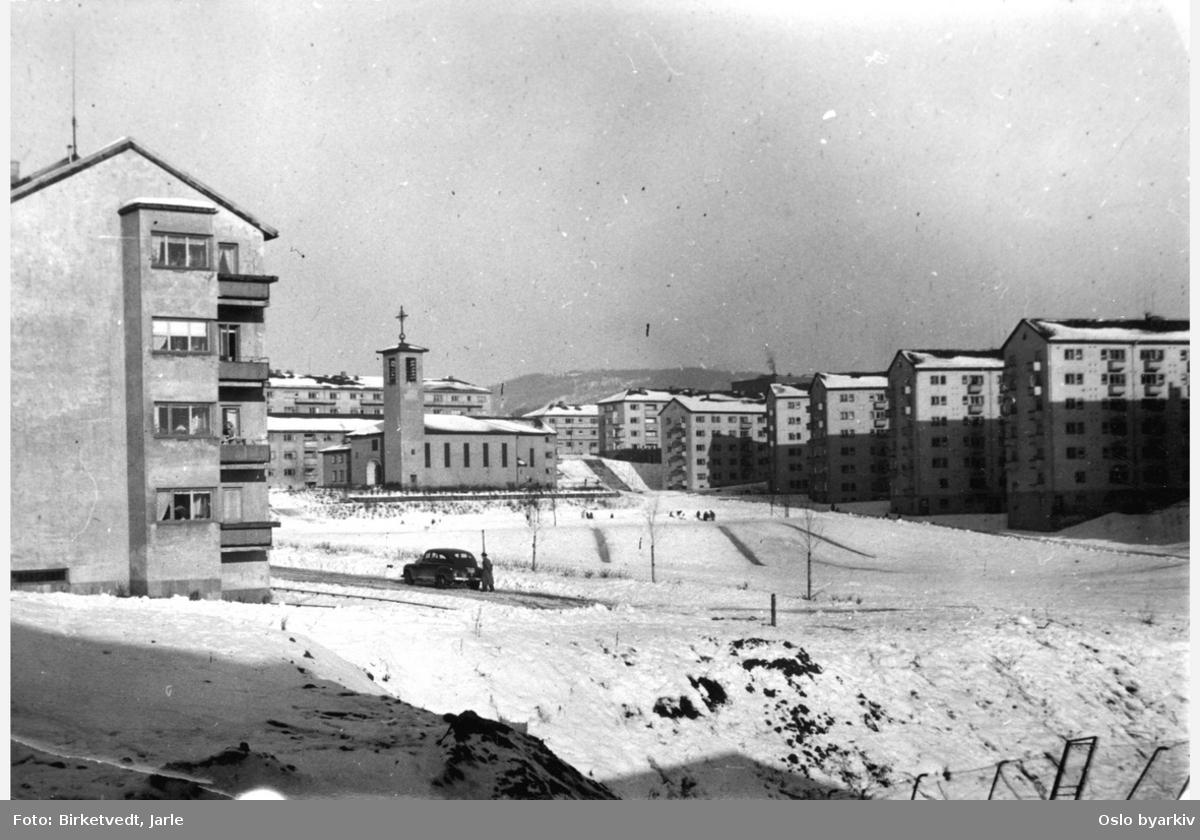 Iladalen, bolig- og parkområde, blokkbebyggelse fra 1940- og 1950-årene, grøntområder, Iladalen kirke i midten av bildet