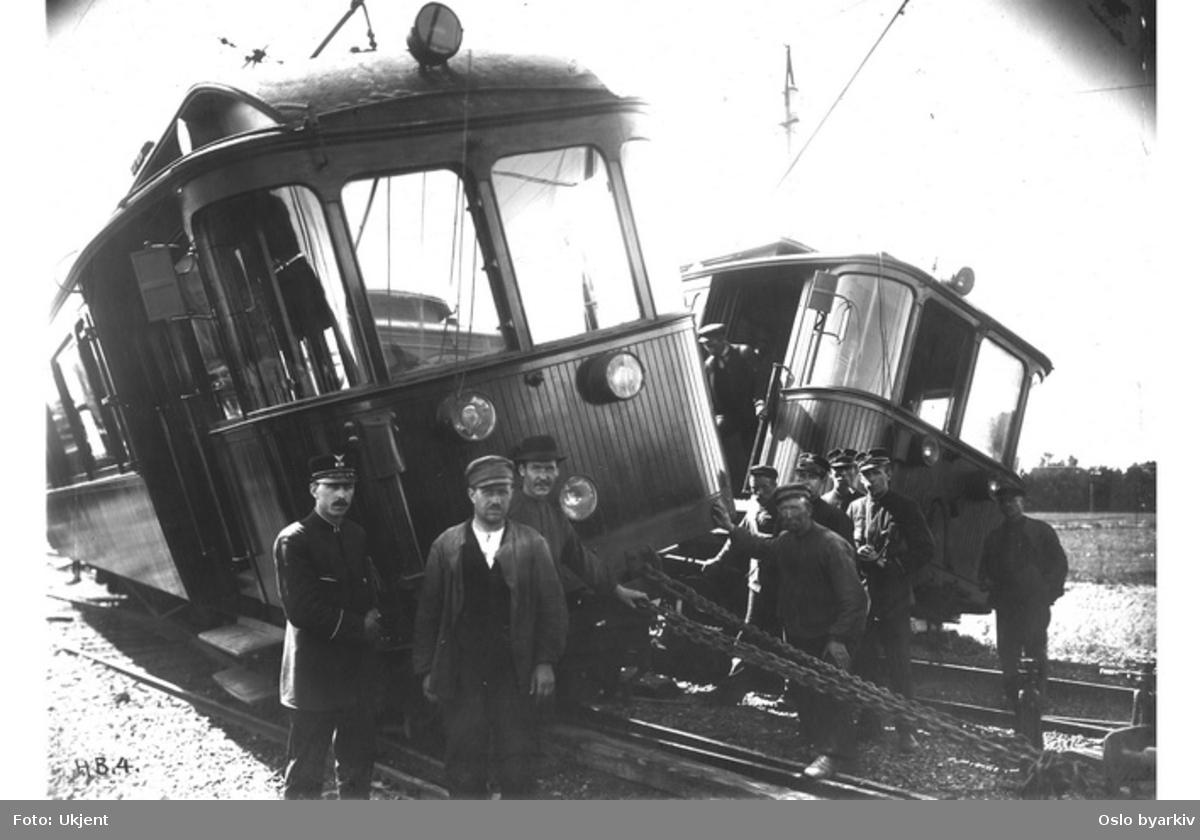 Kollisjon i forbindelse med sporveksling på Holmenkollbanen. Ansatte i ferd med å trekke vognene fra hverandre.