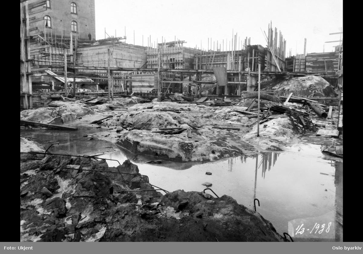 Fra byggingen av Hovedbrannstasjonen. Opparbeidet grunntomt. Forskalingsarbeide. Møllergata 19 bak til venstre.