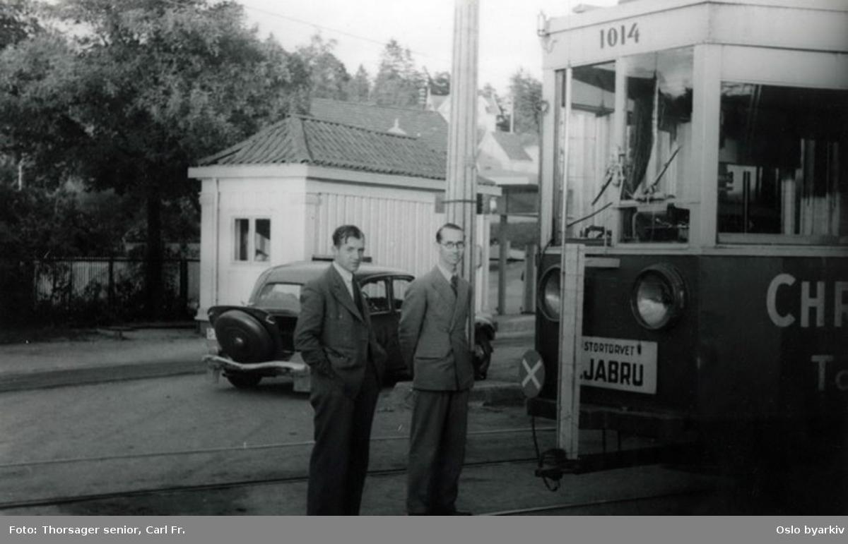 Motorvogn 1014 (fra 1932-1933) til Ekebergbanen på linjen til Stortorvet (inntil 1963) ved endeholdeplassen / trikkesløyfen på Ljabru. (Bildet er tatt i forbindelse med en radioprøve til Lehmkuld Elektronikk.)