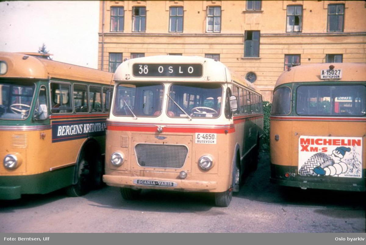 Busser, Bærums Forenede Bilruter, BFB buss C-4650 linje 38, SBC buss A-15027. Bussparkering på Skøyen.