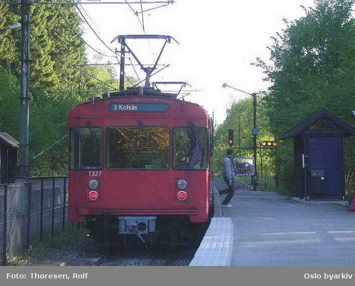 Oslo Sporveier. Kolsåsbanen. T-banevogn 1327, serie T6, på linje 3 mot Kolsås, her på Jar stasjon.