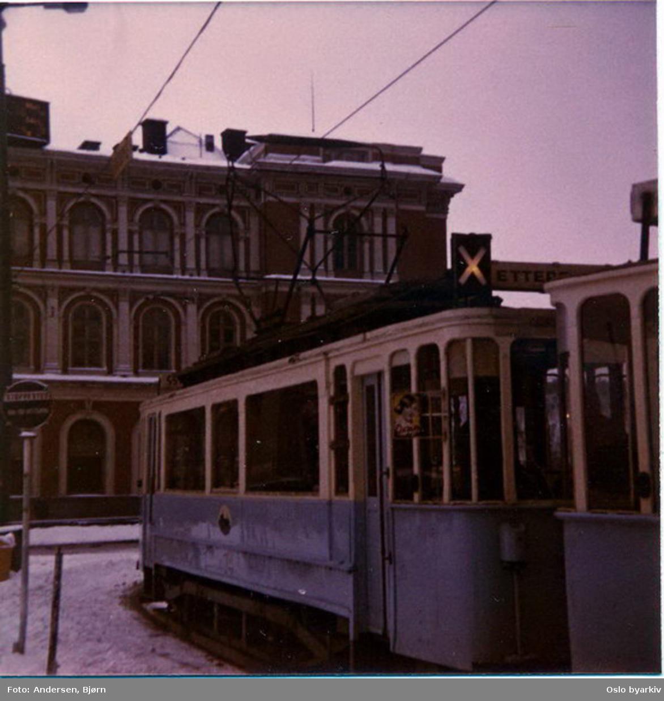 Oslo Sporveier. Trikk motorvogn type SS nr. 74 (fra 1914) på veteranvognkjøring. Østbanen i bakgrunnen.