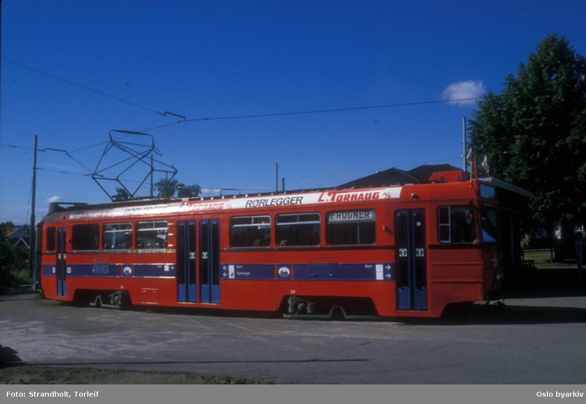 Oslo Sporveier. Trikk motorvogn 228 type Høka MBO linje 2 i endesløyfa. To Høka-vogner ble malt i ny rød design (Thorsen), vogn 228 ble senere forsøkslakkert med SL79-vognenes blåfarge.