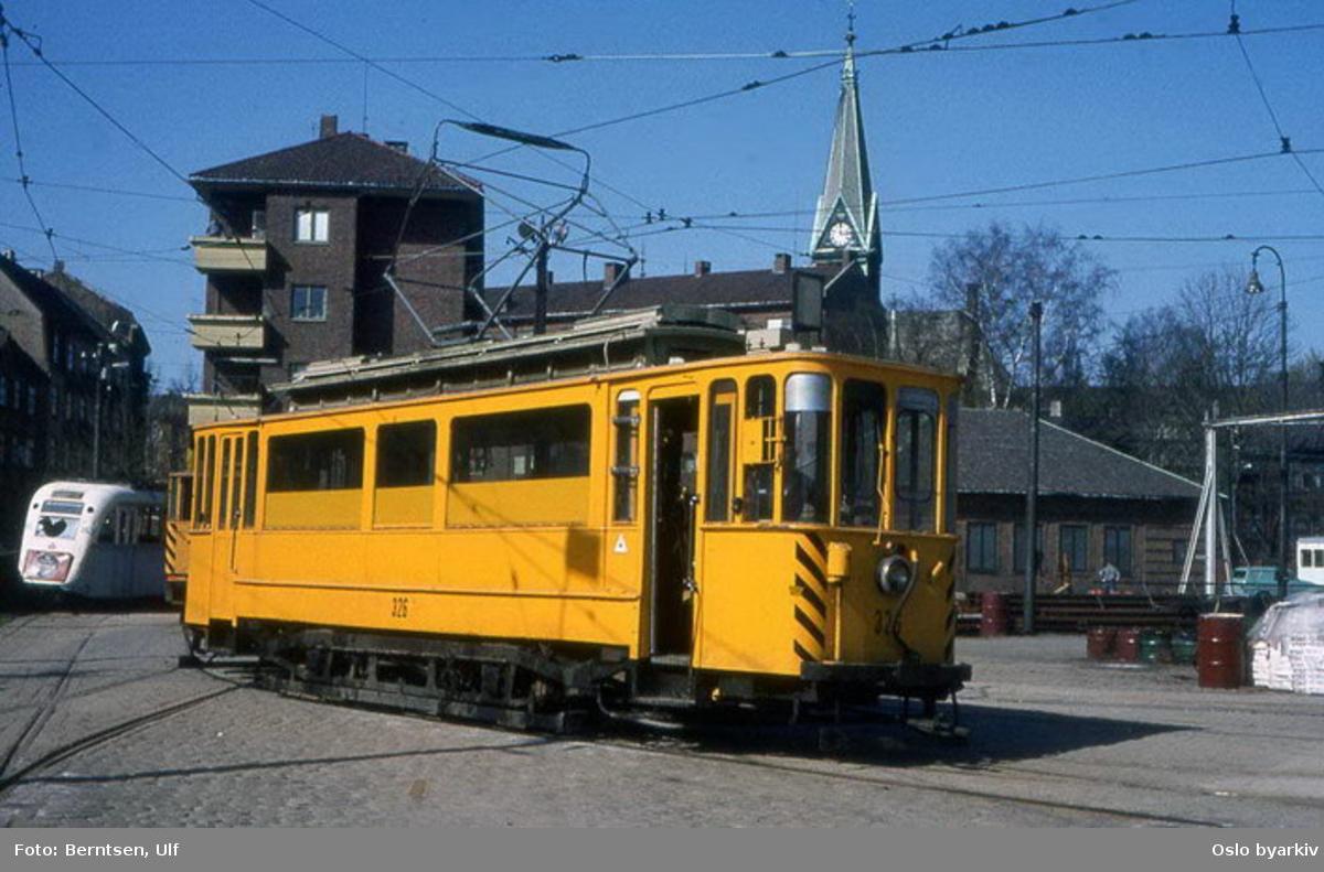 Oslo Sporveier. Trikk motorvogn type SS nr. 326, arbeidsvogn, her utenfor Sagene vognhall.