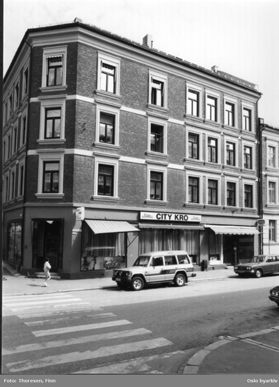 Rehabilitert bygård. Dælenenggata ved øvre hjørnet mot Københavngata, bygård / leiegård i teglstein etter opp-pussing av fasade. CITY KRO, kafé, restaurant.