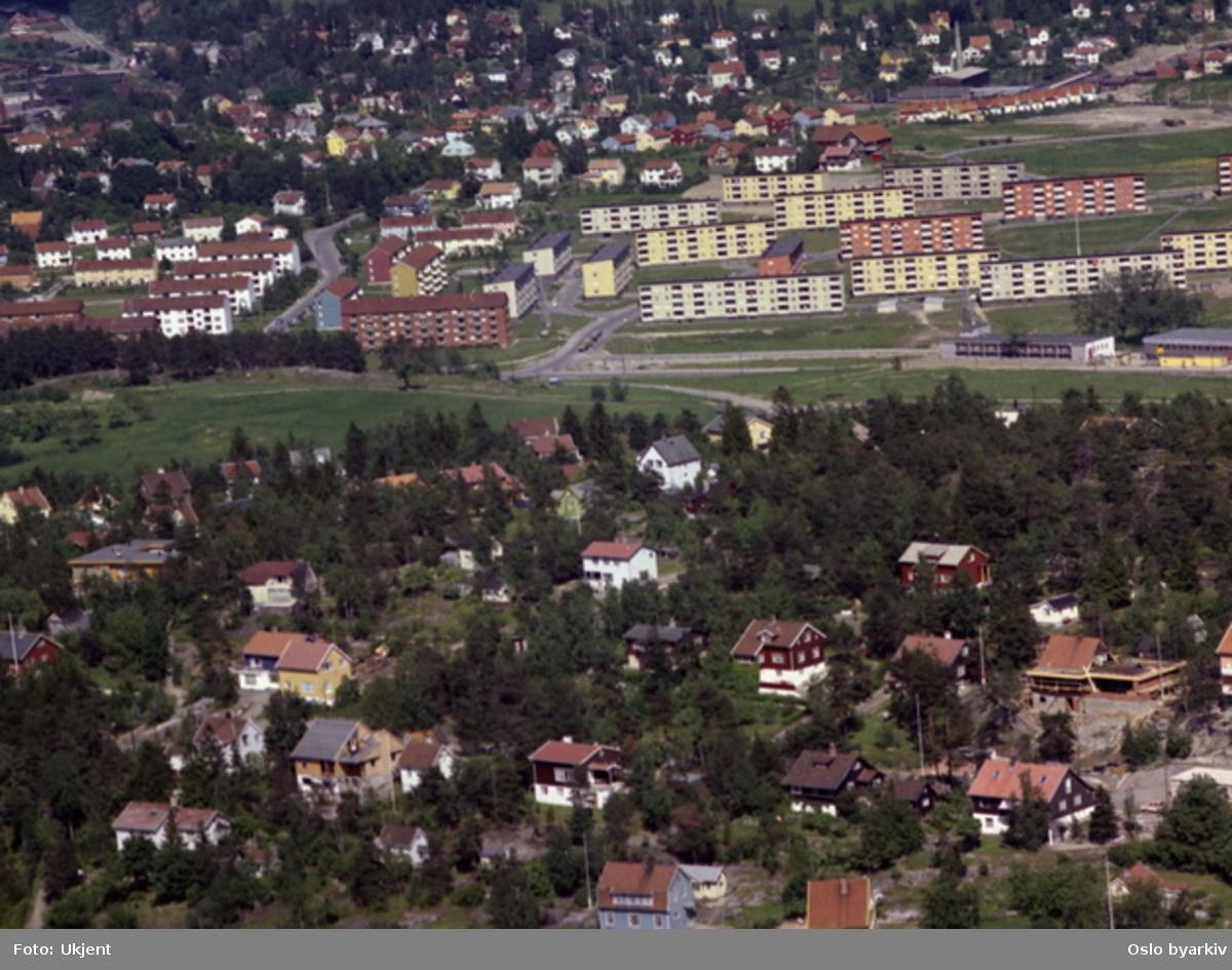 Villabebyggelse Olleveien (det blå huset er nr. 28) i front, Jonsokveien og Vardeveien. Krysset Svartdalsveien - Plogveien. Grøntområde tilhørte opprinnelig Ryen gård, Solfjellshøgda. Blokkene på Nedre Manglerud i bakgrunnen. (Flyfoto)