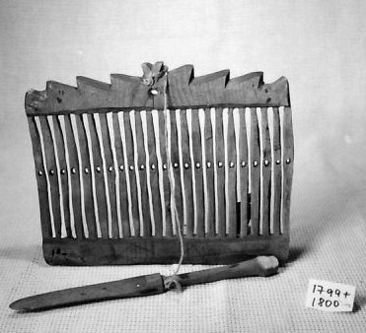 Spilene uregelmessig, toppstykke, Vevskje, 1800, bundet fast til grinden