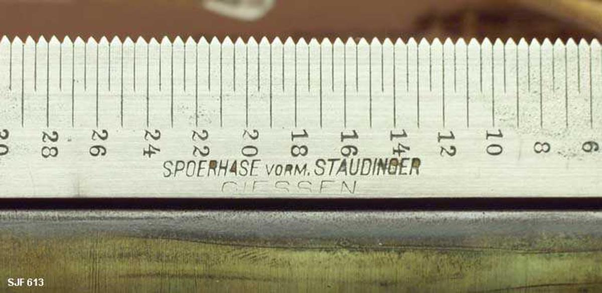 Høydemåleren er fabrikkprodusert, som weises modell i Handbuch der Forstwissenschaft, III, s. 110 fig. 30. Lærhylsen er oval med lokk og en lang bærerem festet til spenner. Høydemåleren har tilhørt Julius Wilhelm Guthormsen, fylkeskonservator i Buskerud 1915-1950, og lærhylsa er stemplet: Buskerud Amts Skogselskap.