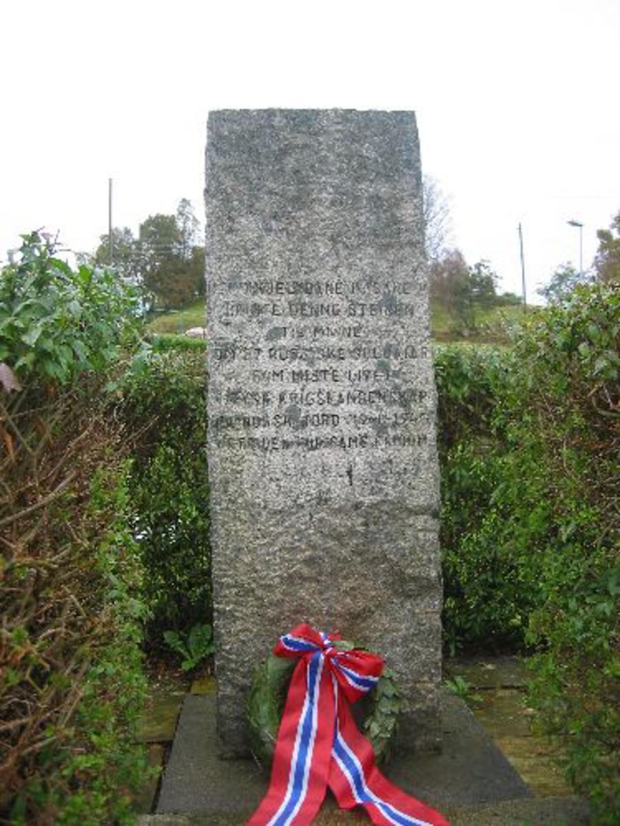 Kjøreanvisning: Åsane kirke.Minnesteinen står inne på kirkegården i en hekk , og står til høyre for veien opp til kirken, den står på en forhøyning. Dette er ved gamle kirken.